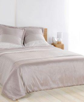 cuvertura bej dormitor